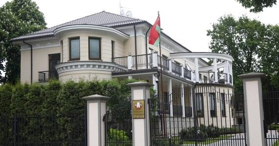 """Litewskie ministerstwo spraw zagranicznych poinformowało w piątek, że wydala dwóch dyplomatów białoruskich, których działania """"nie były zgodne ze statusem dyplomatycznym"""". Resort dodał, że jest to gest solidarności z Łotwą, której dyplomaci zostali wcześniej wydaleni z Białorusi. W odpowiedzi na decyzję Wilna, Mińsk uznał za niepożądane dwie osoby spośród litewskich dyplomatów na Białorusi."""