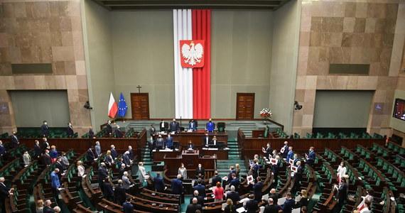 Sejm znowelizował ustawę o najniższych płacach w ochronie zdrowia gwarantującą od 1 lipca minimalny poziom wynagrodzenia zasadniczego, poniżej którego nie będą opłacani pracownicy ochrony zdrowia.