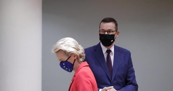 """""""Polska poprosiła o dodatkowy miesiąc na ocenę przez Komisję Europejską swojego Krajowego Planu Odbudowy """" – powiedziała na briefingu prasowym rzeczniczka KE Marta Wieczorek.  Może to oznaczać opóźnienie do jesieni wypłaty kilku miliardów euro zaliczki dla naszego kraju – przyznają rozmówcy dziennikarki RMF FM."""
