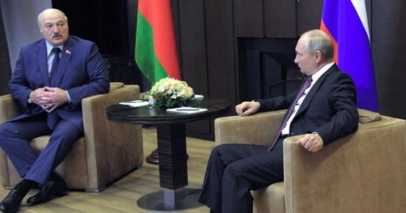 """""""Trwa próba zdestabilizowania sytuacji, tak jak w sierpniu 2020 r., kiedy w kraju rozpętał się bezprecedensowy ruch protestacyjny przeciwko władzy"""" - oświadczył Alaksandr Łukaszenka podczas spotkania z prezydentem Rosji Władimirem Putinem w Soczi. Rosyjski przywódca obiecał mu wsparcie w sporze z Unią Europejską."""