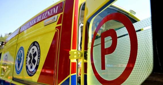 Tragedia na drodze powiatowej w Kątach Walichnowskich w Łódzkiem. W zderzeniu samochodu osobowego z ciągnikiem rolniczym zginął kierujący autem 25-latek.