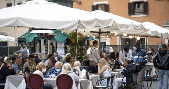 Kraje Europy luzują obostrzenia sanitarne. W większości działają ogródki gastronomiczne i placówki kultury, ale obowiązują limity miejsc i inne środki ostrożności. Na Węgrzech, w Austrii i niektórych regionach Niemiec restauracje są otwarte tylko dla zaszczepionych.