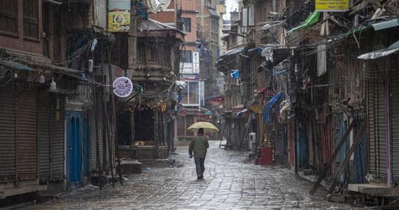 Po miesiącu ograniczeń w poruszaniu się, od piątku w dolinie Katmandu obowiązuje najsurowszy lockdown na świecie. Władze zakazały wychodzenia z domów i zamknęły sklepy spożywcze. Najbiedniejszym, którzy stracili pracę, kończą się zapasy żywności.