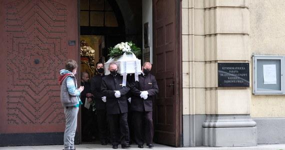 Rodzina, przyjaciele i tłumnie zgromadzeni mieszkańcy dzielnicy Dąbrówka Mała pożegnali w sobotę w Katowicach 11-letniego Sebastiana, porwanego i zamordowanego w ubiegłym tygodniu. Wspominano go jako wesołe i pełne optymizmu dziecko.