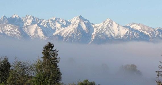 Ostatnie dni maja przyniosły w Tatrach ochłodzenie i opady śniegu. Szlaki w wyższych partiach gór przykryła warstwa świeżego śniegu. Warunki do wędrowania po szlakach są niekorzystne - ostrzega Tatrzański Park Narodowy (TPN).