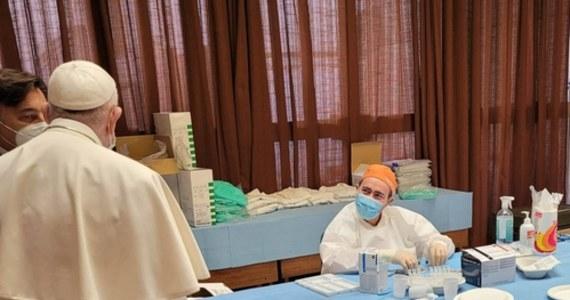 Ostatnia grupa 300 ubogich i bezdomnych otrzymała w sobotę w Watykanie drugą dawkę szczepionki przeciwko Covid-19 w ramach akcji dobroczynnej, prowadzonej przez urząd papieskiego jałmużnika kardynała Konrada Krajewskiego. Łącznie zaszczepiono 1800 osób.