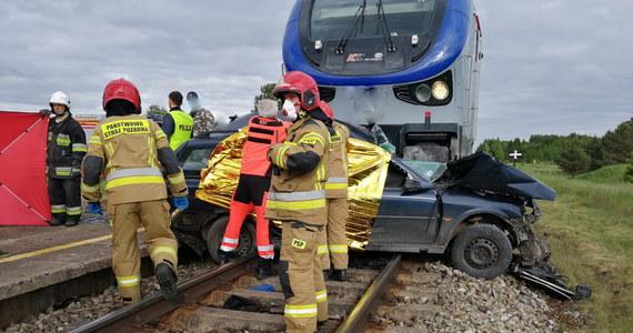 Trzy osoby zginęły w tragicznym wypadku na niestrzeżonym przejeździe kolejowym koło Kętrzyna w Warmińsko-Mazurskiem. Kierujący samochodem osobowym wjechał wprost pod pociąg osobowy relacji Białystok-Gdynia Główna.