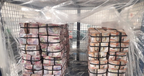 Londyńska policja przejęła ponad 5 mln funtów w gotówce, które członkowie gangu zajmującego się praniem brudnych pieniędzy trzymali w jednym z mieszkań w Londynie. Mieli problem z ich upłynnieniem z powodu… pandemii koronawirusa.