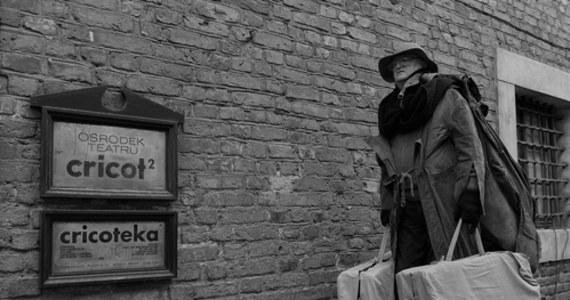 """Zmarł Jan Książek, aktor Teatru Cricot 2. Książek od 30 lat wcielał się w postać Żyda Wiecznego Wędrowca podczas happeningów """"Żywe pomniki"""", organizowanych w rocznicę śmierci Tadeusza Kantora na ul. Kanoniczej w Krakowie."""