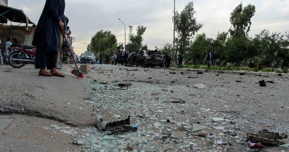 W sobotniej eksplozji autobusu, który przewoził nauczycieli akademickich z Uniwersytetu Al-Biruni, zginęło trzech wykładowców, a 15 odniosło rany. Stan kilku osób jest krytyczny - poinformowało ministerstwo szkolnictwa wyższego. Ranny jest też rektor uczelni.