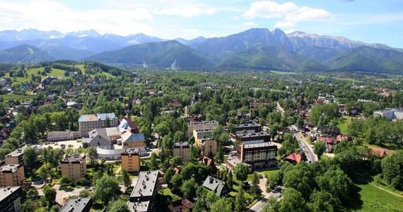 Od pół roku ceny działek i mieszkań pod Tatrami rosną o kilkadziesiąt procent, w tym działki widokowe budowlane nawet o 70 proc. – oceniają agenci nieruchomości z Zakopanego. Nieruchomości te kupują głównie Polacy, ale też klienci zagraniczni o polskim pochodzeniu.