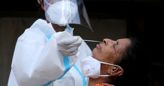 W ciągu ostatniej doby w Indiach potwierdzono 165 553 przypadki zakażenia koronawirusem, co stanowi najniższy dobowy przyrost od półtora miesiąca - podał indyjski resort zdrowia. Zaledwie przed tygodniem dobowa liczba zakażeń zeszła w Indiach poniżej 200 tys.