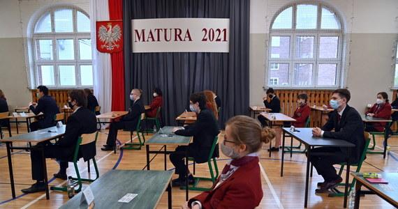 We wtorek o godz. 9:00 egzaminem z języka polskiego na poziomie podstawowym rozpocznie się dodatkowa sesja egzaminów maturalnych. Przystąpią do nich ci maturzyści, którzy nie mogli ich zdawać w sesji głównej, majowej, z powodów zdrowotnych lub losowych. Podobnie jak egzaminy z sesji głównej także egzaminy w sesji dodatkowej odbędą się w reżimie sanitarnym.