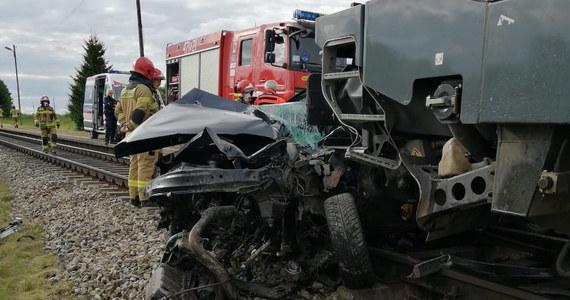 Nadal bardzo ciężki jest stan chłopca rannego w sobotnim zderzeniu samochodu z pociągiem na niestrzeżonym przejeździe kolejowym w Martianach (woj. warmińsko-mazurskie) - dowiedziała się PAP w szpitalu. Pozostałe trzy osoby podróżujące autem zginęły na miejscu.