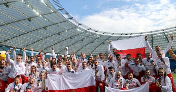 Polscy lekkoatleci triumfują w Chorzowie: obronili tytuł drużynowych mistrzów Europy! W dwudniowych zmaganiach biało-czerwoni – występujący bez kilku swoich wielkich gwiazd – odnieśli dziesięć zwycięstw. Ich triumf do ostatniej konkurencji stał jednak pod znakiem zapytania. Pomógł nieco pech Brytyjczyków, którzy w biegu sztafetowym zgubili pałeczkę.