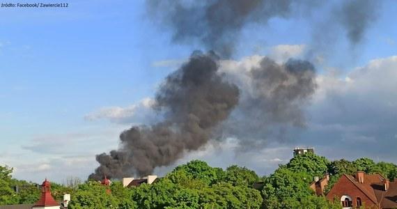 Na terenie byłej fabryki opakowań blaszanych przy ulicy Leśnej w Zawierciu w województwie śląskim wybuchł pożar. Paliły się beczki z substancjami chemicznymi.