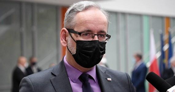Będą rekomendował, aby maseczki nosić w pomieszczeniach jeszcze co najmniej w wakacje - powiedział PAP minister zdrowia Adam Niedzielski.