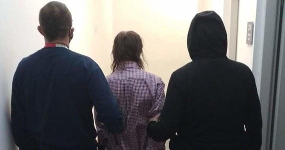 Policja zatrzymała 65-letniego mężczyznę, który próbował uprowadzić chłopca bawiącego się na placu zabaw w Libiążu. Funkcjonariusze apelują o zgłaszanie się osób, które widziały wcześniejsze próby takich porwań.