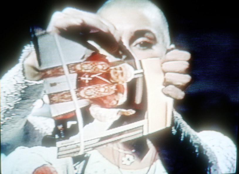 """W 1992 roku podczas programu """"Saturday Night Live"""" Sinead O'Connor podarła na wizji zdjęcie papieża Jana Pawła II. Do dziś uważa się to za jeden z największych skandali w historii amerykańskiej telewizji. Irlandzka artystka w swojej książce """"Rememberings"""" opowiedziała o szczegółach tej historii."""