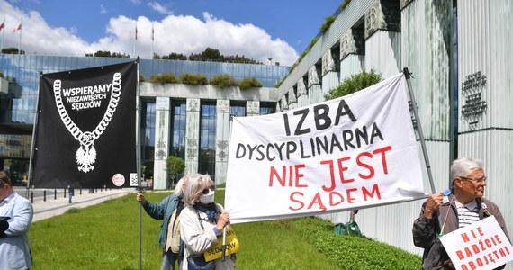 Izba Dyscyplinarna Sądu Najwyższego wróciła do rozpatrywania wniosku o uchylenie immunitetu sędziemu tego sądu, prof. Włodzimierzowi Wróblowi. Prokuratorzy chcą mu postawić zarzut zaniedbania, w wyniku którego skazany spędził prawie miesiąc za kratami. Przed sądem poparcie dla sędziego Wróbla manifestowała grupa prawników.