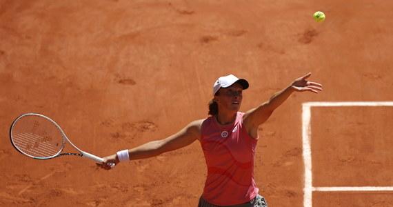 """Iga Świątek awansowała do drugiej rundy wielkoszlemowego French Open: na inaugurację rywalizacji w Paryżu pokonała Słowenkę Kaję Juvan 6:0, 7:5. Rozstawiona z """"ósemką"""" Polka, która świętuje dzisiaj 20. urodziny, broni tytułu wywalczonego na kortach im. Rolanda Garrosa przed rokiem."""