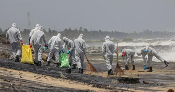 """Sri Lanka stoi w obliczu najgorszej katastrofy ekologicznej w swojej historii po tym, jak na przewożącym chemikalia kontenerowcu X-Press Pearl wybuchł pożar. Okoliczne plaże pokryte są mikrodrobinami plastiku, morze na brzeg wyrzuca martwe zwierzęta - poinformował w poniedziałek """"The Guardian""""."""
