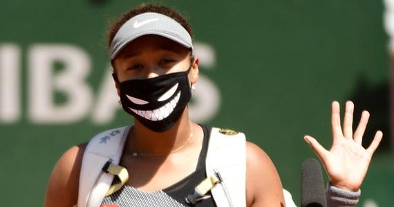 Japońska tenisistka Naomi Osaka, pozostająca w sporze z organizatorami czterech turniejów wielkoszlemowych z powodu odmowy udziału w pomeczowych konferencjach prasowych, wycofała się w poniedziałek z French Open. Tenisistka zaznaczyła, że zrobi sobie przerwę od występów na światowych kortach.
