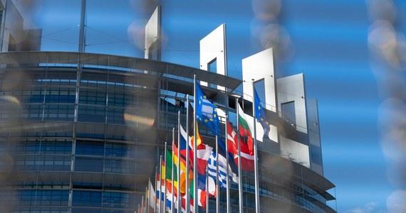 Eurodeputowani, na pierwszej od czasu wybuchu pandemii, sesji plenarnej w Strasburgu zamierzają powrócić do kwestii praworządności. Jak się dowiedziała dziennikarka RMF FM Katarzyna Szymańska – Borginon największe, prodemokratyczne grupy polityczne chcą, by w przyszłym tygodniu odbyła się debata na temat mechanizmu warunkowości, dzięki któremu Bruksela może zwiesić unijne wypłaty, jeżeli jakieś kraj łamie zasady państwa prawa.