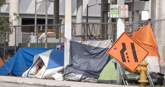 Ponad 11 milionów Amerykanów zalega z zapłatą czynszu od czasu wybuchu epidemii. Kiedy w czerwcu wygaśnie moratorium na eksmisję, wielu z nich może stracić miejsce zamieszkania - ostrzegają amerykańskie media.