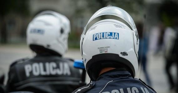 Pokaźne dodatki do uposażeń z puli MSWiA oraz Komendy Głównej otrzymali najwyżsi rangą członkowie kierownictwa policji. Jak ustalił reporter RMF FM, mowa o jednorazowych kwotach od prawie 5 tysięcy do kilkunastu tysięcy złotych. A wszystko to w czasie, gdy dla szeregowych policjantów znacząco ograniczono wypłaty z funduszu nagród.