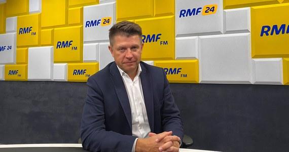 """""""Jeżeli celem jest wzrost gospodarczy i wzrost zamożności wszystkich Polaków, to propozycja Polskiego Ładu ma tą wadę, że skupia się tylko i wyłącznie na redystrybucji: zabieraniu pieniędzy osobom bardziej aktywnym, przedsiębiorczym, innowatorom – i przekazywaniu tego elektoratowi PiS-u: po to, żeby zapewnić, żeby ten elektorat na nich głosował"""" – tak Ryszard Petru skomentował w Porannej rozmowie w RMF FM nowy program społeczno-gospodarczy zaproponowany przez Prawo i Sprawiedliwość. Jak podkreślił: """"To jest mentalny powrót do PRL-u""""."""