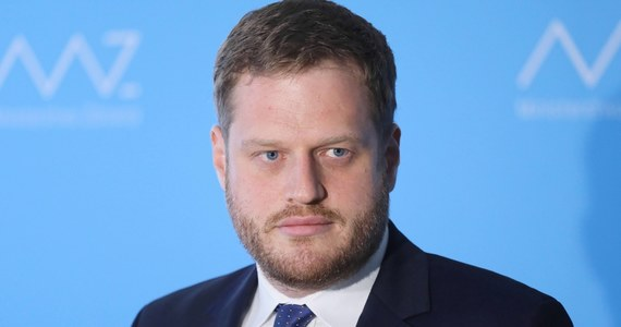 Były wiceminister zdrowia Janusz Cieszyński wraca do rządu i zostanie ministrem odpowiedzialnym za cyfryzację - informuje Interia. Za sferę cyfryzacji odpowiada obecnie Kancelaria Prezesa Rady Ministrów.
