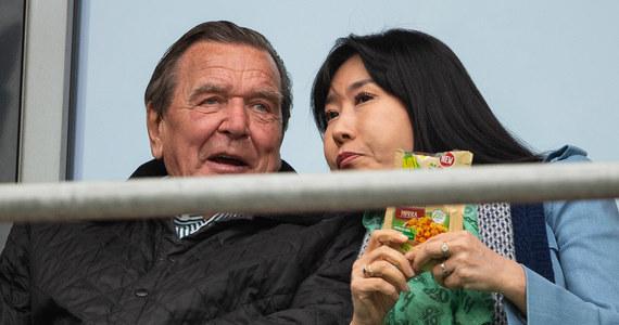 """Były mąż żony byłego kanclerza Niemiec Gerharda Schroedera wygrał przez sądem w Korei Południowej sprawę o odszkodowanie - informuje """"Die Welt"""". Schroeder ma zapłacić równowartość 22 tys. euro. Mężczyzna ten obwiniał polityka o koniec swojego małżeństwa."""