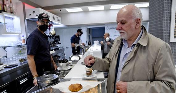 Kolejny krok ku normalności zrobiono we Włoszech po miesiącach restrykcji związanych z pandemią Covid-19. Od dziś lokale gastronomiczne mogą obsługiwać klientów także wewnątrz, nie tylko w ogródkach. Kawa znów serwowana jest przy barze, czego brakowało milionom Włochów.