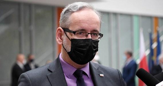 Od 1 czerwca Polska przystąpiła do systemu unijnych certyfikatów covidowych - poinformował minister zdrowia Adam Niedzielski. Jak dodał, certyfikaty będą mogły poświadczyć fakt zaszczepienia przeciwko Covid-19, bycia ozdrowieńcem oraz negatywny wynik testu PCR na obecność koronawirusa. Formalny start systemu nastąpi 1 lipca, kiedy wszystkie kraje uznają ten standard.