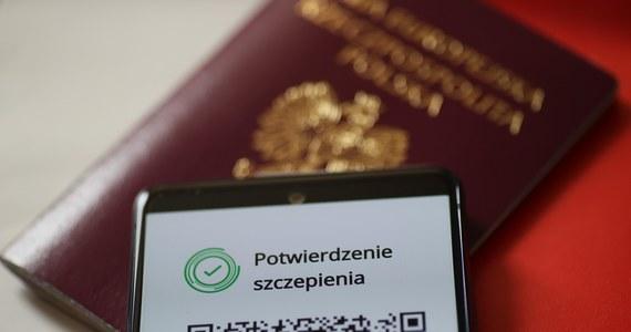 Już od 1 czerwca można pobierać Unijne Certyfikaty Covid, które ułatwią nam bezpieczne podróżowanie pomiędzy krajami Unii Europejskiej w czasie pandemii. Mają potwierdzać fakt bycia zaszczepionym, negatywny wynik testu na koronawirusa bądź też przechorowanie Covid-19. Dostępne będą w formacie papierowym bądź cyfrowym. Jak je pobrać? Podpowiedzi znajdziecie w artykule.
