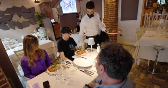 Przy stole w restauracji mogą siedzieć tylko cztery osoby, jeśli nie mieszkają razem - taki limit został utrzymany we Włoszech przez ministerstwo zdrowia. Mnożą się apele o zniesienie tego ograniczenia.
