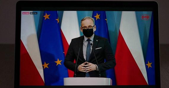 Sytuacja epidemiczna w Polsce ustabilizowała się. Odnotowujemy dalsze spadki dziennej liczby zakażeń i zajętości łóżek, mimo rosnącej mobilności Polaków. Dlatego przechodzimy do dalszego luzowania obostrzeń - powiedział minister zdrowia Adam Niedzielski.
