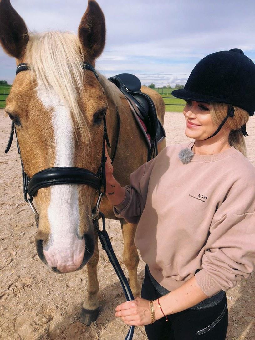 """Ona zawsze kochała kucyki Pony, a dziś dosiądzie prawdziwego ogiera! Zobaczcie, co wydarzy się w najnowszym odcinku programu """"Disco Weekend z Blondi"""" w Polo TV."""