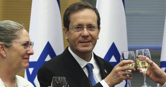 Izraelski parlament wybrał na prezydenta Icchaka Hercoga z Izraelskiej Partii Pracy (Awoda) w - jak pisze AFP - samym środku kryzysu politycznego. Rola prezydenta jest w Izraelu w dużej mierze ceremonialna, ale także ma promować jedność wśród grup etnicznych i religijnych.