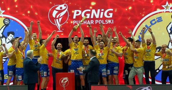 Piłkarze ręczni Łomży Vive Kielce po raz 18. w historii, a dziesiąty z rzędu, sięgnęli po złoty medal mistrzostw Polski. W przedostatniej kolejce ekstraklasy kielczanie pokonali w Mielcu Stal 33:24 i mają sześć punktów przewagi nad drugim w tabeli Orlenem Wisłą Płock.