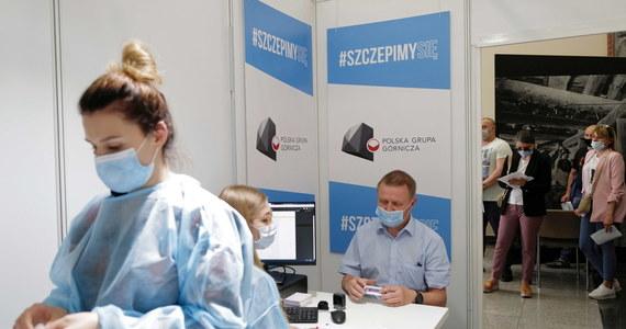 W Polsce wykonano dotąd ponad 20,5 mln szczepień przeciw Covid-19. W pełni zaszczepionych, czyli dwiema dawkami preparatów od firm Pfizer/BioNTech, Moderna i AstraZeneca lub jednodawkową szczepionką Johnson & Johnson, jest ponad 7,3 mln osób.