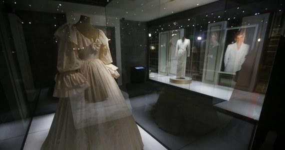 Suknię, którą księżna Diana miała na sobie w dniu ślubu z brytyjskim następcą tronu, księciem Karolem, 40 lat temu, można obejrzeć na otwartej w czwartek wystawie w jej byłej rezydencji, londyńskim Pałacu Kensington.