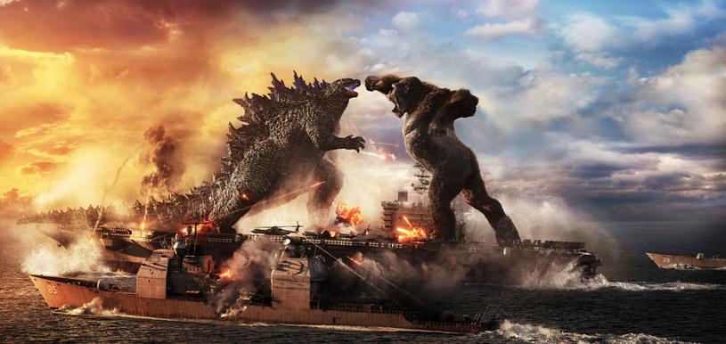 """Film """"Godzilla vs. Kong"""" Adama Wingarda został drugim filmem pandemii COVID-19, który w północnoamerykańskich kinach przekroczył 100 milionów dolarów zysku. Przed wybuchem pandemii taki wynik filmu nakręconego za 200 milionów dolarów trzeba byłoby uznać za porażkę. Obecna sytuacja sprawia, że producenci mogą się cieszyć. Film na całym świecie zarobił już ponad 440 milionów dolarów. Odniósł też sukces na platformie streamingowej HBO Max."""