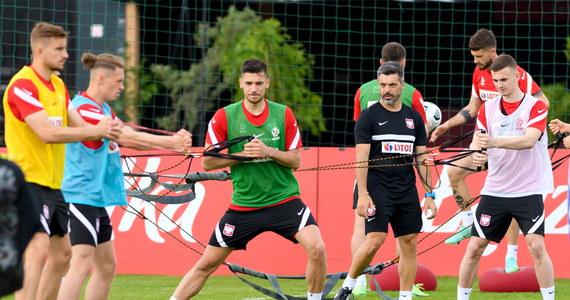 Obrońca Maciej Rybus, jako ostatni z piłkarzy, którzy zmagali się z kłopotami zdrowotnymi, rozpoczął zajęcia z zespołem. To dość intensywny dzień dla reprezentacji podczas zgrupowania w Opalenicy, selekcjoner Paulo Sousa zaplanował dwa treningi.