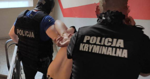 Dwie osoby zostały zatrzymane ws. zabójstwa 20-latka w Żyrardowie. Mężczyzna zginął w nocy ze środy na czwartek. Zatrzymani na razie nie usłyszeli zarzutów. Jak ustalili śledczy, znali zastrzelonego mężczyznę.