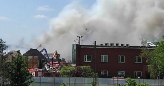 Drugi dzień strażacy dogaszają pożar składowiska odpadów w Przysiece Polskiej w powiecie kościańskim w Wielkopolsce. Działania trwają od czwartkowego poranka, paliły się dwie hałdy przetworzonych tworzyw sztucznych.