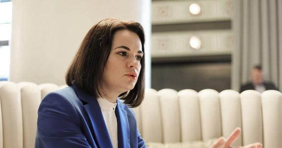 """""""Polska, Litwa i kilka innych krajów robią co mogą w sprawie Białorusi i powinny być przykładem dla innych państw"""" - oceniła liderka białoruskiej opozycji Swiatłana Cichanouska w rozmowie z PAP. Wezwała do odważnych działań. """"Wesprzyjcie Białorusinów w walce, nie ma co czekać, bo będzie tylko gorzej"""" - apelowała. Oceniła, że międzynarodowe sankcje już nałożone na reżim Alaksandra Łukaszenki oraz te zapowiedziane, tworzą pewną presję i dają tak naprawdę okazję, by reżim przemyślał sytuację. Podkreśliła, że Białorusini są gotowi znosić sankcje, w tym gospodarcze, a władze mogą łatwo sankcje zatrzymać zwalniając więźniów politycznych i siadając do negocjacji z opozycją."""