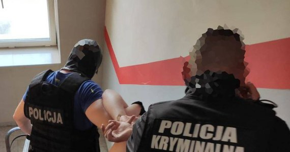 Zarzuty zabójstwa oraz działania wspólnie i w porozumieniu przedstawiła Prokuratura Rejonowa w Żyrardowie (Mazowieckie) dwóm zatrzymanym w sprawie śmiertelnego postrzelenia w tym mieście 20-letniego mężczyzny. Sąd zdecydował o tymczasowym areszcie dla obu mężczyzn.