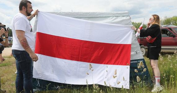 Białoruscy uchodźcy przebywający w Polsce rozpoczęli w sobotę po południu tygodniowy protest w Bobrownikach (Podlaskie), gdzie jest polsko-białoruskie drogowe przejście graniczne. Inicjatorzy akcji domagają się m.in. skutecznych sankcji UE wobec władz Białorusi.